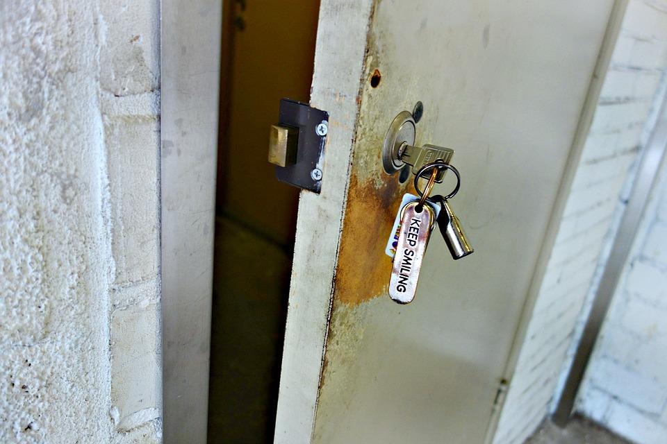 Se puede abrir una puerta con las llaves puestas